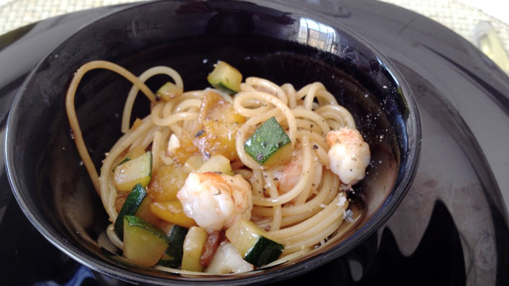 Spaghetti amb gambes, carbassons i mango