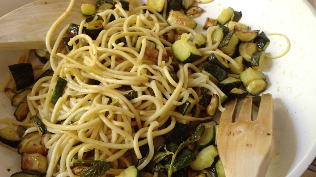 Saltegem els espaguetis amb els carbassons