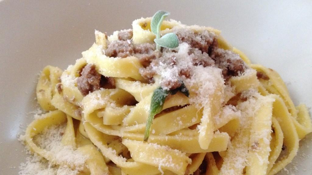 Tagliatelle alla bolognese bianca - Piccola Cucina Italiana