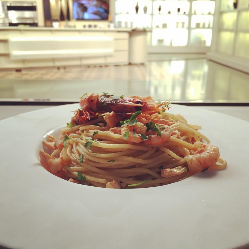 Espaguetis amb salmó, gambes i carbassons