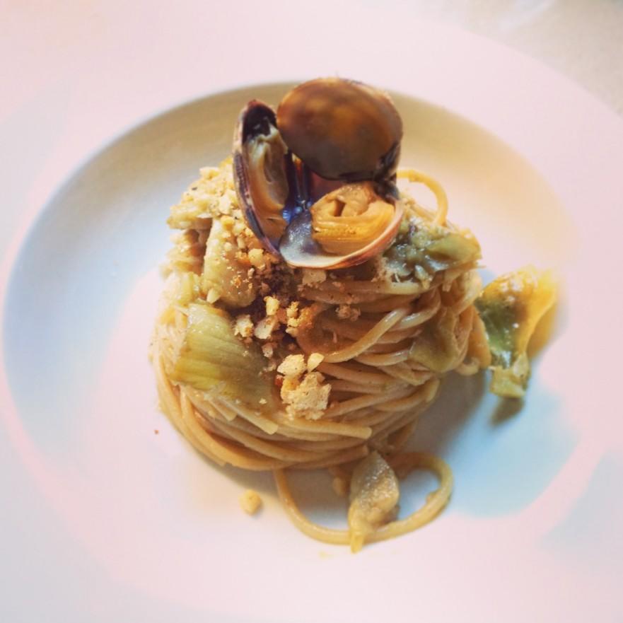 Espaguetis amb carxofes i cloïsses